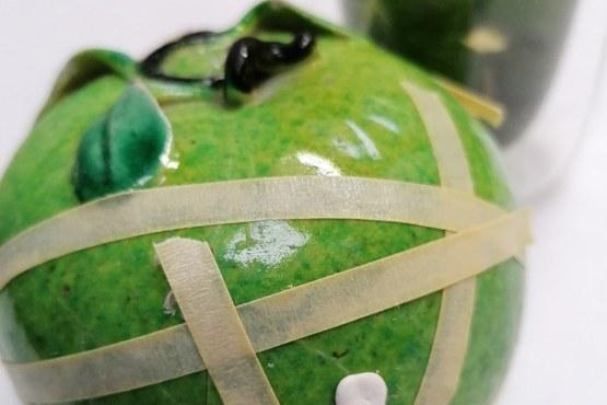 aardewerken geglazuurde appel voor restauratie.jpg