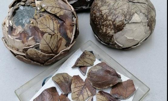 Restauratie aan drie keramische artisjokken