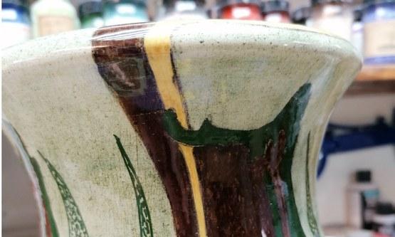 Restauratie aan een plateel vaas
