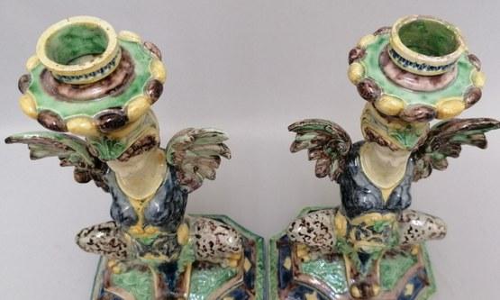 Restauratie van twee aardewerken Griffioen kandelaars