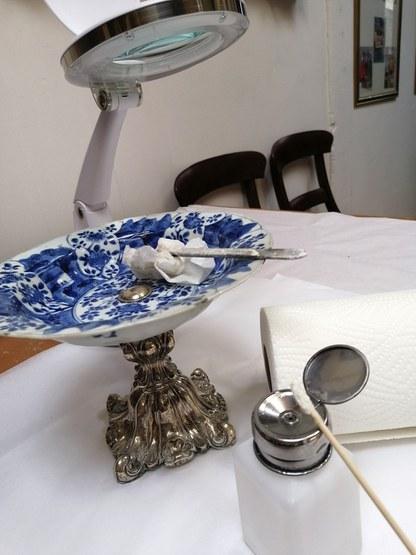 Conservatie of restauratie aan blauw wit Chinees porselein