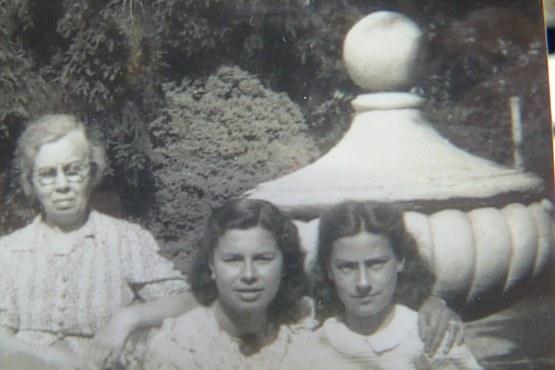 Gebroken tuinvaas van de Algemene begraafplaats Baarn